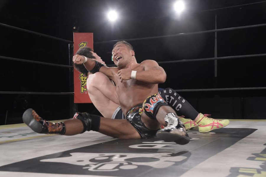 "DDT: ""DDT TV Show! #4"" Masato Tanaka se afianza a su cinturón 10"
